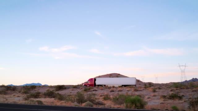 vídeos y material grabado en eventos de stock de semicamión de larga distancia en una carretera interestatal rural del oeste de ee. uu. - camión articulado
