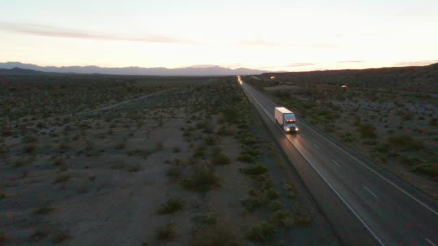 långdistans semi lastbil på en lantlig västra usa interstate highway - western usa bildbanksvideor och videomaterial från bakom kulisserna