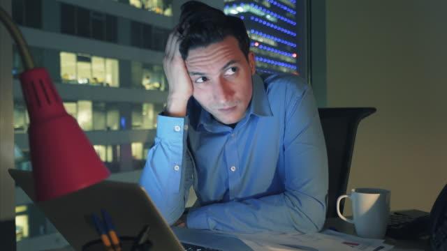 Långa timmar av arbete skapar stressiga stunder.