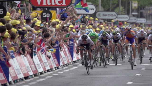 vidéos et rushes de long lens close up of mark cavendish sprinting to win stage 18 of 2012 tour de france - arrivée