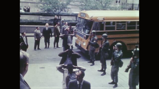 vídeos y material grabado en eventos de stock de long line of black prisoners enter courthouse in front of white national guard soldiers - detención