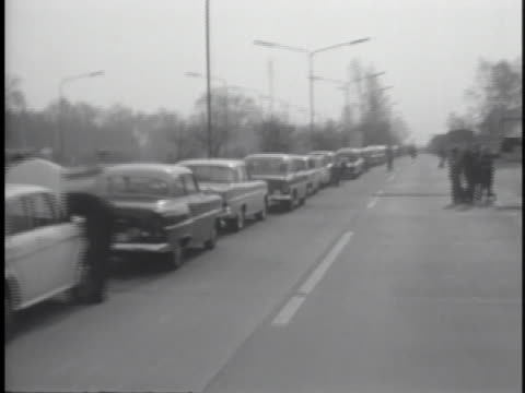 a long line of traffic waits for the border to open during the berlin blockade - (war or terrorism or election or government or illness or news event or speech or politics or politician or conflict or military or extreme weather or business or economy) and not usa stock-videos und b-roll-filmmaterial