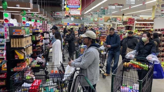 vídeos y material grabado en eventos de stock de long lines at the supermarket on march 18, 2020 in long island, new york. - material grabado en eventos