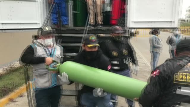 long lines of peruvians take empty oxygen bottles to a mobile unit, run by the army, in lima, to get a refill as their loved ones battle against... - peruanskt ursprung bildbanksvideor och videomaterial från bakom kulisserna