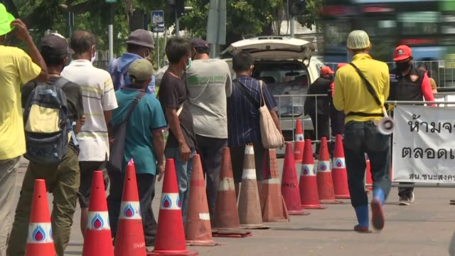 vídeos de stock e filmes b-roll de long lines of unemployed relying on free food across bangkok, scrambles for cash handouts and fishing in fetid canals -- thais are getting... - sudeste asiático