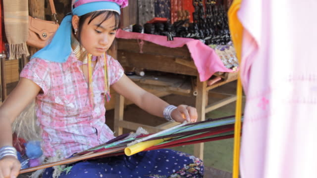 stockvideo's en b-roll-footage met long neck karen women weaving. - weefgetouw