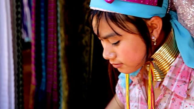 vídeos y material grabado en eventos de stock de karen mujeres tejer de cuello largo. - cuello humano