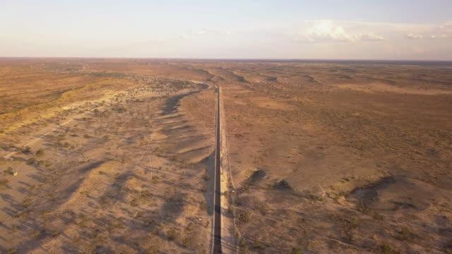 vídeos de stock, filmes e b-roll de longa estrada aberta em uma paisagem desértica - deserto de kalahari