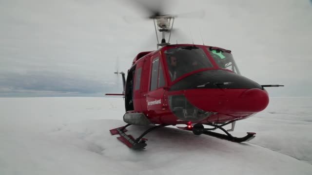 vidéos et rushes de long panning shot scientist ian joughin of the university of washington conducts research on the glacier on july 16 2013 on the glacial ice sheet... - université de washington
