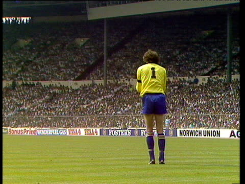 long punt from goalkeeper dave beasant liverpool vs wimbledon 1988 fa cup final wembley london - final round stock videos & royalty-free footage