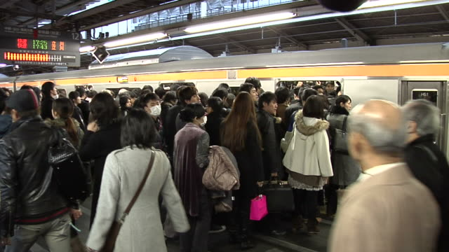 long queue of commuters waiting for a ride home on jr chuo line in shinjuku - 商業車点の映像素材/bロール