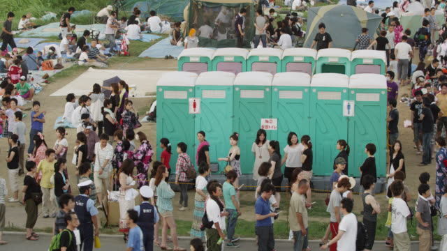 vidéos et rushes de ms long queues at the portable toilets at the firework display watching area / tokyo, tokyo-to, japan - salle de bains et toilettes