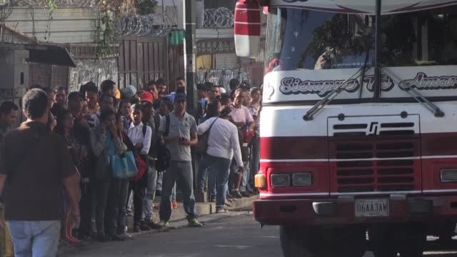 vídeos y material grabado en eventos de stock de long queues swarm around bus stops in caracas after the government implements a 400% increase in the price of bus tickets whilst commuters and... - sparks