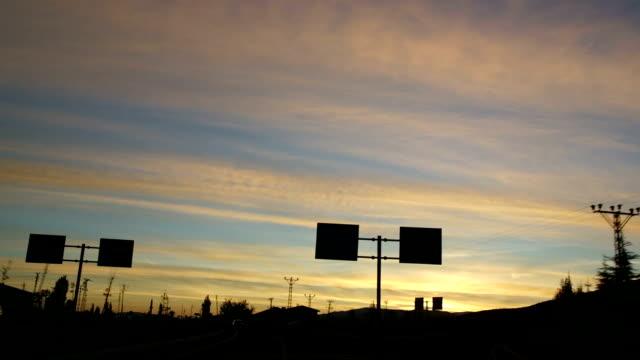 vidéos et rushes de longue route voyage hith voiture, lever du soleil, matin - matin