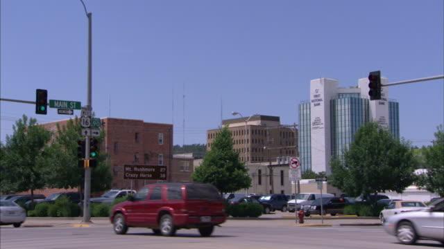 vídeos de stock e filmes b-roll de long shot across a highway in rapid city, south dakota. - rapid city