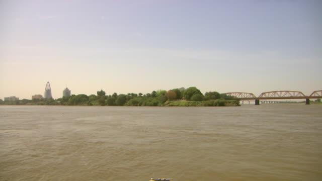 vídeos de stock, filmes e b-roll de long shot across the confluence of the white nile and blue nile near khartoum.  - sudão
