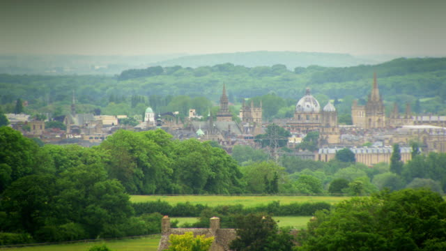vídeos de stock e filmes b-roll de long shot across the skyline of oxford's university buildings and surrounding countryside. - spire