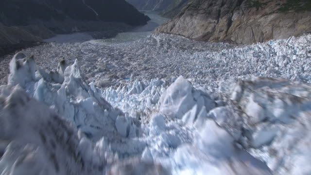 "vídeos de stock, filmes e b-roll de ""long shot aerial push-in-jagged ice covers an alaskan glacier. / alaska, usa"" - terreno extremo"