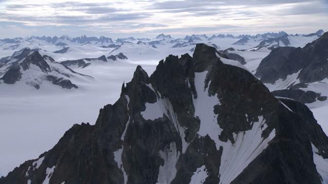 """long shot aerial tracking-right-snow fills ridges and blankets gorges along alaskan glaciers. / alaska, usa"" - アラスカ点の映像素材/bロール"