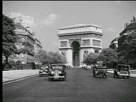 vidéos et rushes de b/w 1936 long shot arc de triomphe at end of street with traffic in foreground / paris, france - arc élément architectural