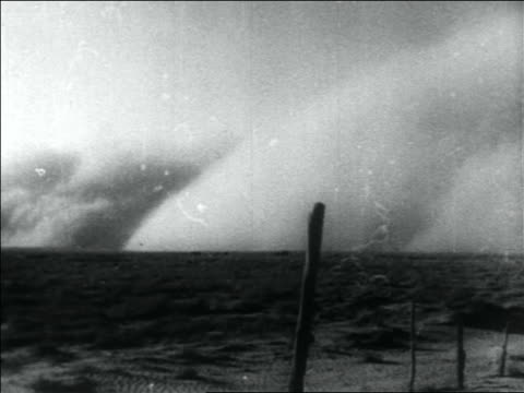 vídeos y material grabado en eventos de stock de b/w 1936 long shot dust storm on horizon of plain / dust bowl / usa - vendaval de polvo