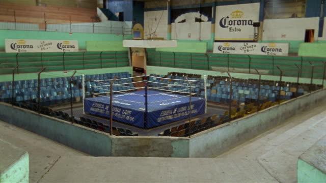 long shot empty wrestling arena / queretaro, mexico - 格闘技リング点の映像素材/bロール