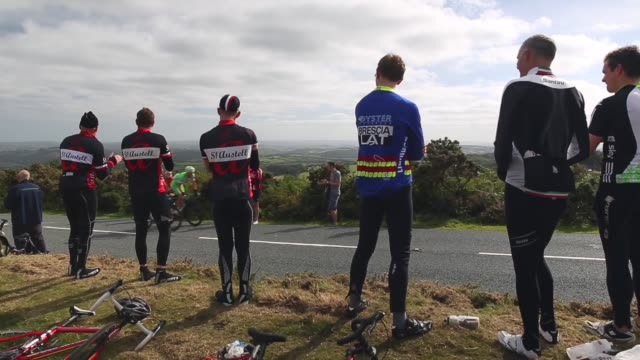 long shot fans cheering passing tour of britain cyclists stage six of the tour of britain made history this year as it was the first stage to host a... - tour of britain stock videos & royalty-free footage