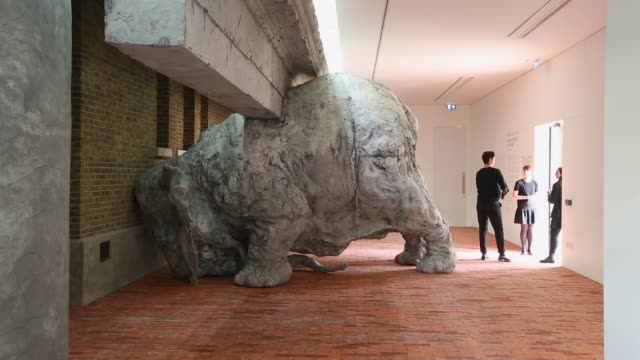 vídeos y material grabado en eventos de stock de long shot, giant elephant clay sculpture inside the serpentine sackler gallery. members of the public admire the exhibition 'today we reboot the... - jeremy paxman
