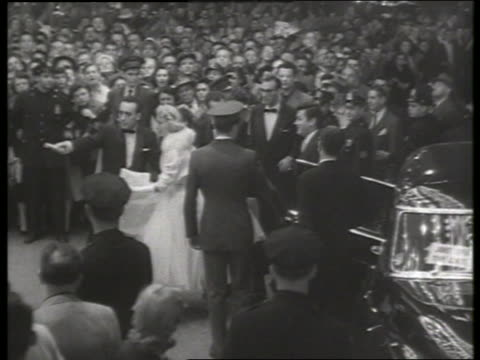 b/w 1954 long shot janet leigh and tony curtis arrive at premiere / no sound - 1954 stock videos & royalty-free footage