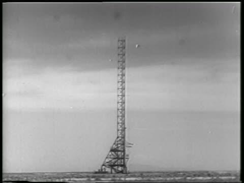 vídeos y material grabado en eventos de stock de b/w 1952 long shot launch tower for rocket carrying monkey mice / white sands nm / newsreel - monumento nacional