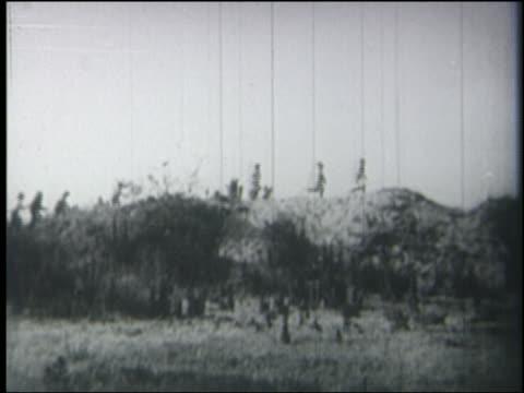 vídeos y material grabado en eventos de stock de b/w 1928 long shot line of children running on hilltop - 1928