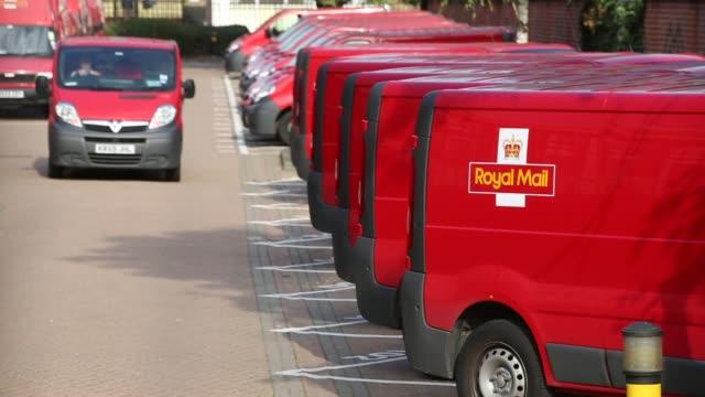 long shot, mail vans at mount pleasant sorting office. - ロイヤルメール点の映像素材/bロール