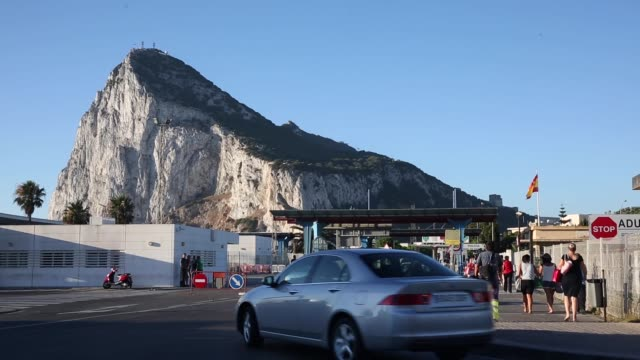 long shot motorists queue at the border to enter gibraltar on august 7 2013 in la linea de la concepcion spain following talks between british prime... - gibraltar bildbanksvideor och videomaterial från bakom kulisserna