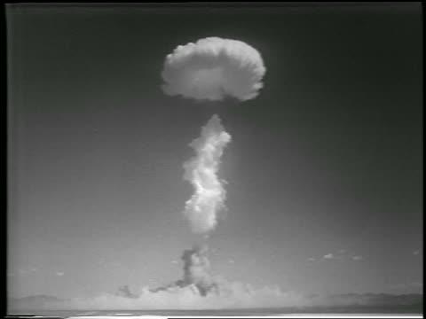 vidéos et rushes de long shot mushroom cloud from h-bomb explosion / yucca flats, nevada / newsreel - 1952