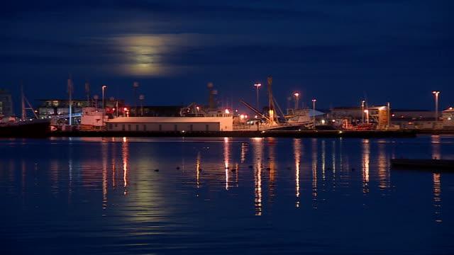 vídeos de stock, filmes e b-roll de long shot of a commercial dock in reykjavik - organismo aquático