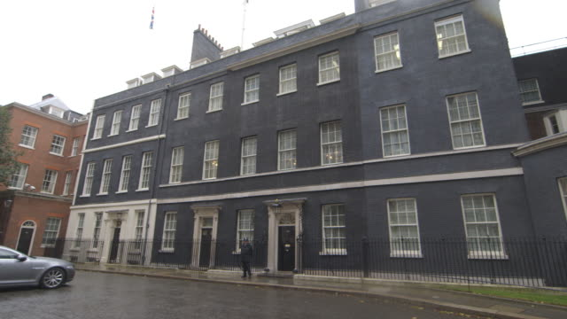 long shot of a policeman standing outside ten downing street. - downing street stock videos & royalty-free footage