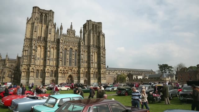 long shot of classic cars and wells cathedral. now in its 19th year and organized by the classic & historic motor club, this year's event will once... - wells cathedral stock videos & royalty-free footage