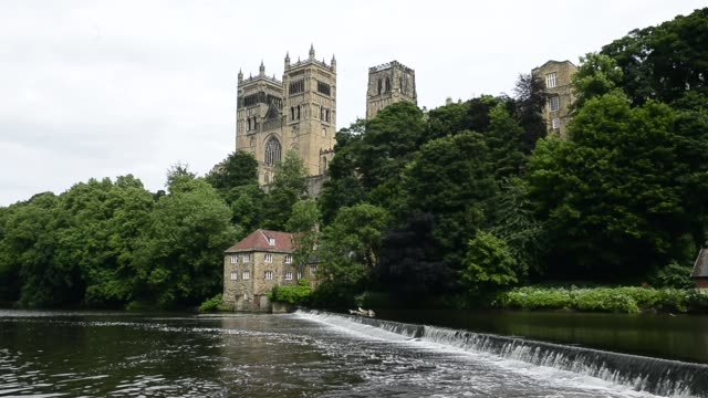 stockvideo's en b-roll-footage met long shot of durham cathedral - durham engeland
