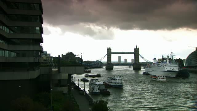 long shot of london's tower bridge. - gla building stock videos & royalty-free footage