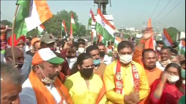long shot of shiv sena dogra front and bhartya modi army staging a protest at the hari singh statue in jammu on october 30 2020 the protestors can be... - pakistani flag stock videos & royalty-free footage