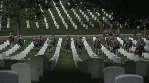 vidéos et rushes de long shot of soldiers at a cemetery. members of the 3rd u.s. infantry regiment, the old guard, participate in a flags-in ceremony at arlington... - infanterie