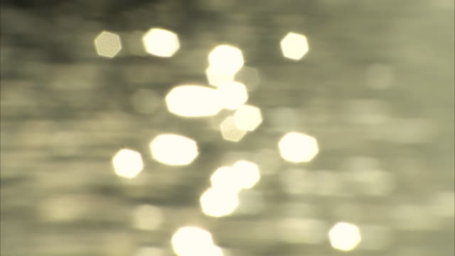 vidéos et rushes de long shot of sunlight sparkling on the surface of ha long bay. - effet miroir