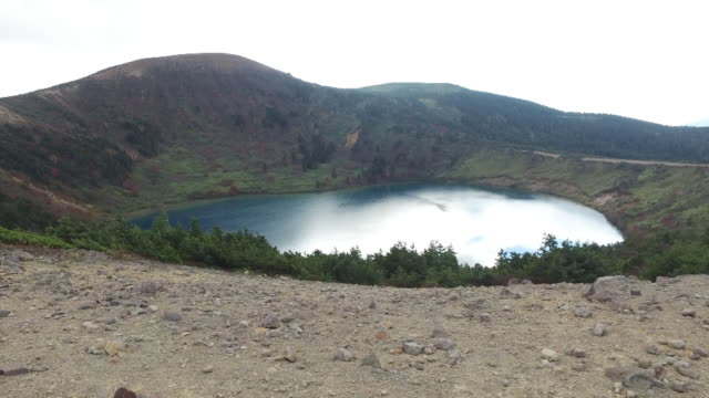vídeos y material grabado en eventos de stock de long shot of the cobalt blue waters of goshiki-numa, fukushima, japan - parque nacional crater lake