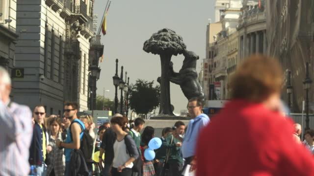 vídeos de stock, filmes e b-roll de long shot of the  el oso y el madroño statue in madrid, spain. - praça
