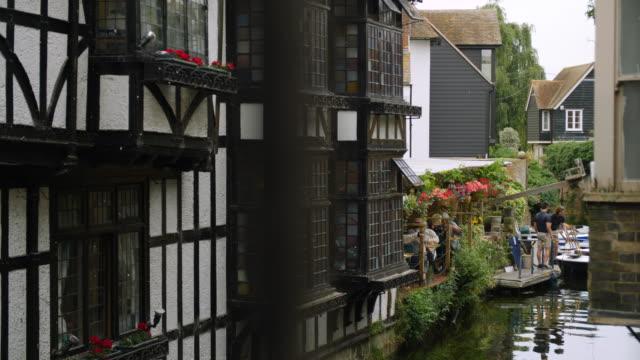 vídeos de stock e filmes b-roll de long shot of tudor houses overlooking the river stour in canterbury. - tudor