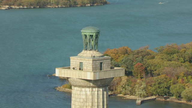 ws ts zo aerial long shot of visitors at top of perry's monument at south bass island and lake erie / ohio, united states - lago erie video stock e b–roll