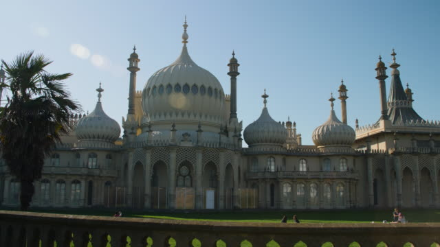 long shot on the exterior of brighton's royal pavilion. - kuppeldach oder kuppel stock-videos und b-roll-filmmaterial