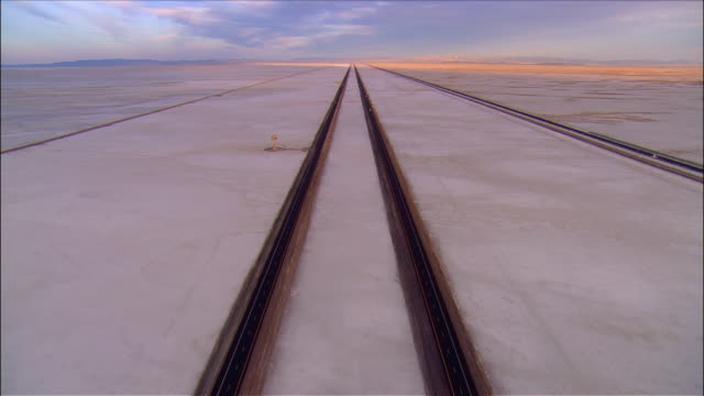 vídeos de stock, filmes e b-roll de long shot over highway i-80 running across bonneville salt flats / utah - bonneville salt flats