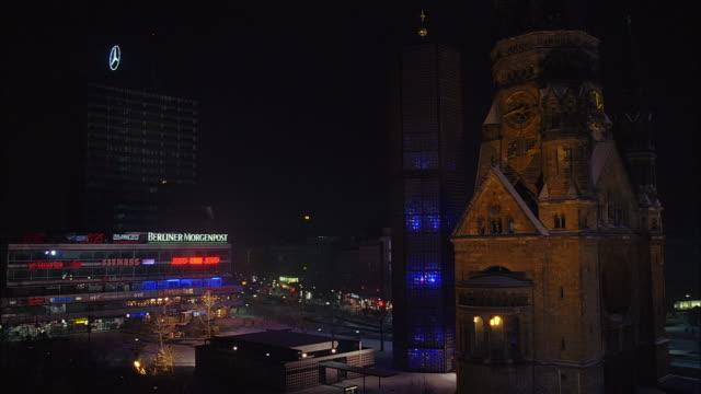 vídeos y material grabado en eventos de stock de long shot pan europa centre to kaiser wilhelm memorial church to building complex at night / berlin - iglesia conmemorativa del emperador guillermo