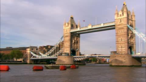 long shot pan river thames to tower bridge / london - 跳開橋点の映像素材/bロール
